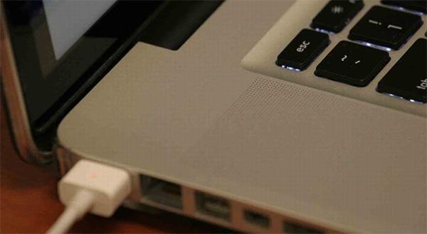 Có nên tháo pin laptop khi sử dụng không?